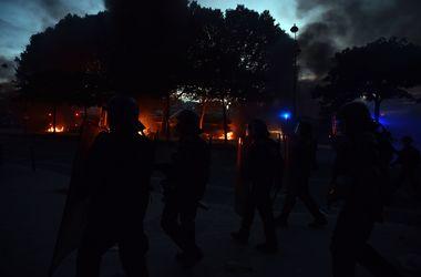 В Париже полиция применяет слезоточивый газ против разъяренных болельщиков