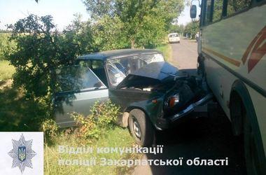 На Закарпатье автобус столкнулся с легковушкой: пятеро пострадавших