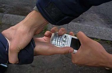 В Киеве грабитель с пистолетом забрал у подростка телефон