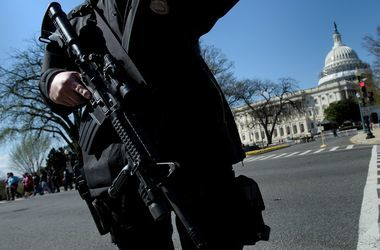 У Капитолийского холма в Вашингтоне задержаны трое вооруженных людей