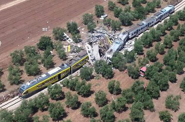 Число жертв столкновения поездов в Италии растет