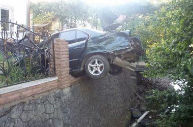 Смертельное ДТП на Закарпатье:  иномарка повисла на заборе
