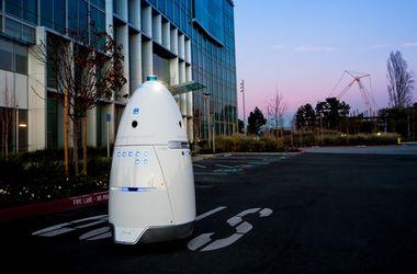 Робот-охранник сбил с ног и переехал ребенка