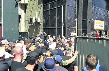Демонтаж незаконной надстройки над Домом профсоюзов в Киеве обернулся массовым побоищем