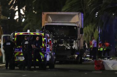 Во Франции грузовик врезался в толпу людей, десятки погибших