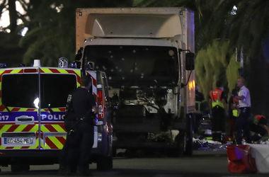 """День взятия Бастилии во Франции: грузовик сбивал людей """"как кегли"""" на пешеходной мостовой Ниццы"""