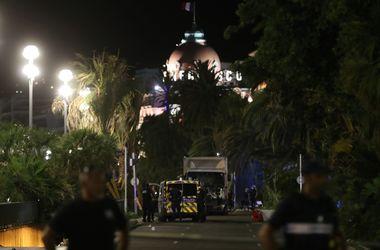 Водитель грузовика в Ницце делал зигзаги, стараясь задавить побольше людей - очевидцы