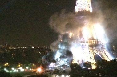 В Париже горит Эйфелева башня