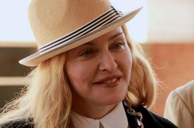 Мадонна прибегла к омоложению кожи рук, чтобы не носить перчатки