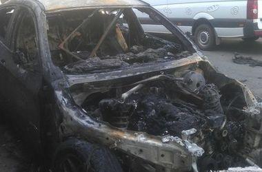 В ночью Харькове на стоянке сгорел элитный автомобиль