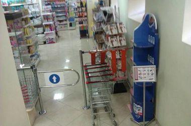 В Киеве молодой иностранец украл сумку бытовой химии в магазине и подрался с полицейским