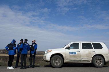 В Донецке мужчина напал на автомобиль ОБСЕ