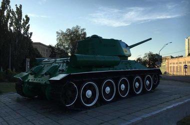 В Киеве двое парней обновили покраску разрисованного танка на Шулявке