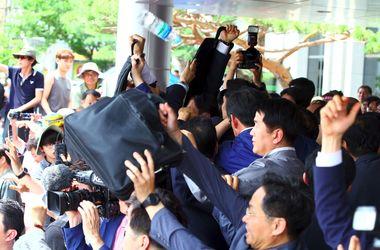 Премьер-министра Южной Кореи забросали яйцами