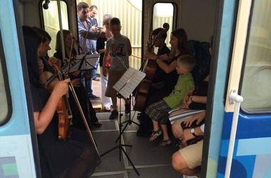В вагоне киевского фуникулера выступил струнный ансамбль