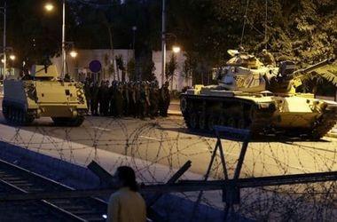 Танки открыли огонь по зданию парламента в Турции