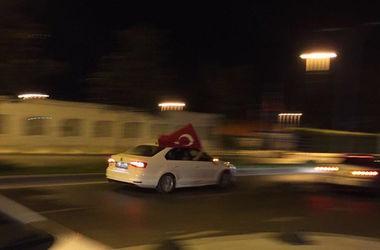 Экс-премьер Турции Давутоглу призвал народ к сплочению, а армию встать на его защиту