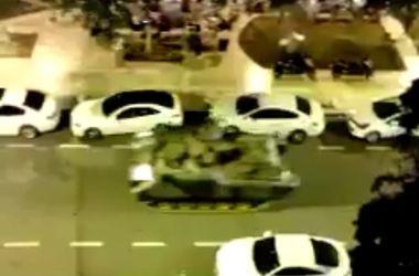 Во время беспорядков в Турции танк переехал автомобиль - соцсети