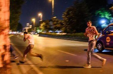 Шокирующее видео: вертолет мятежников в Турции расстреливает толпу