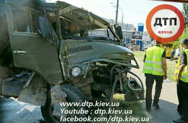 В Киеве КамАЗ протаранил маршрутку, есть пострадавшие