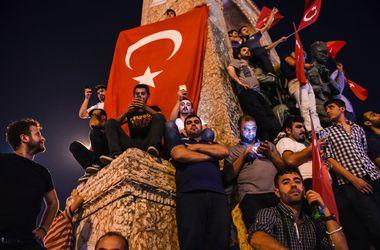В Стамбуле на площади Таксим собравшиеся поют в честь Эрдогана