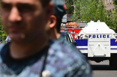 При захвате здания полиции в Ереване погиб замглавы полка ППС - источник