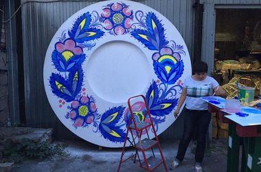 В центре Киева появятся гигантские тарелки с Петриковской росписью