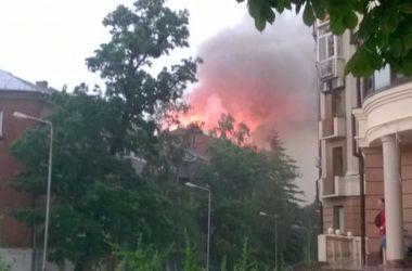 В центре Полтавы после удара молнии загорелась жилая пятиэтажка
