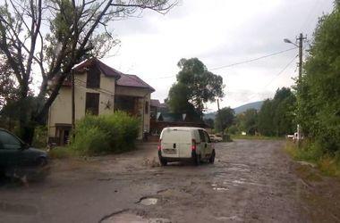 В сеть выложили видео ужасной дороги на курорте в Карпатах