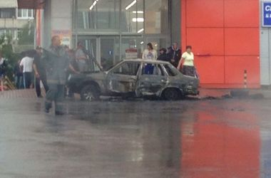 В Харькове возле супермаркета сожгли автомобиль
