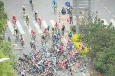 В Китае в ходе велозаезда пешеход вызвал массовую аварию