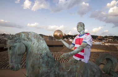 Испанский футбольный клуб презентовал форму на городских памятниках