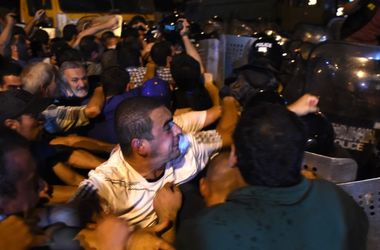 Столкновения у захваченного в Ереване здания полиции: 45 пострадавших