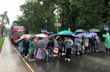 В Буче жители перекрывают Варшавское шоссе из-за обысков у мэра
