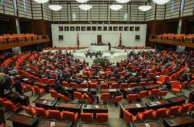 Парламент Турции утвердил режим ЧП