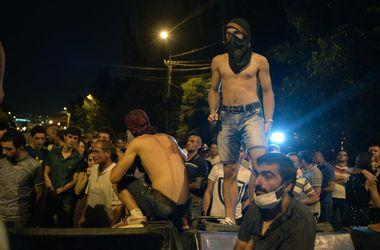 В районе захваченного вооруженной группой отдела полиции в Ереване возобновился митинг
