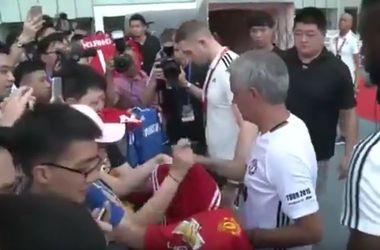 """Жозе Моуринью отказался дать автограф на футболке """"Челси"""""""