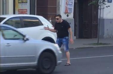 Харьковчанин устроил зажигательные танцы посреди проезжей части