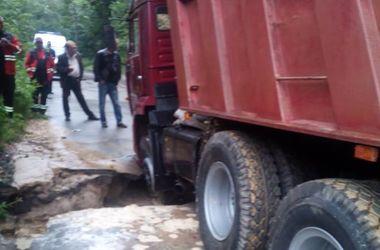 """Утром в Киеве """"КамАЗ"""" провалился в яму в асфальте"""