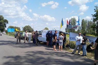 "Из-за ""крестного хода"" активисты устроили ""блокпост"" на въезде в Киев"