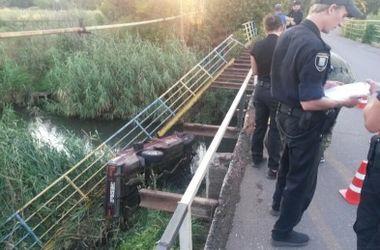 В Мариуполе автомобиль с военными упал в воду - СМИ