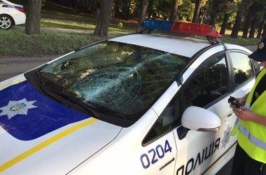 На автомобиль харьковских патрульных упала дверь