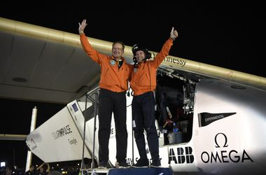 Самолет на солнечных батареях Solar Impulse 2 завершил кругосветное путешествие