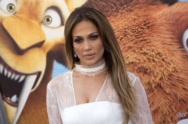 Дженнифер Лопес в откровенном комбинезоне сверкнула грудью на своем дне рождения (фото)