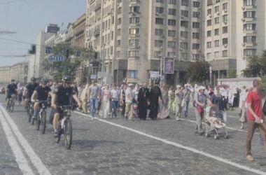 ФОТОФАКТ. Велопатруль сопровождает Крестный ход по Киеву