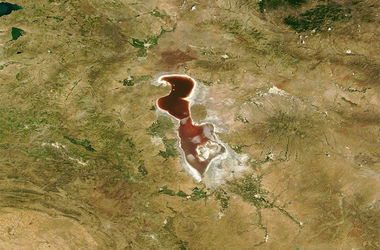 """В Иране появилось """"кровавое озеро"""""""