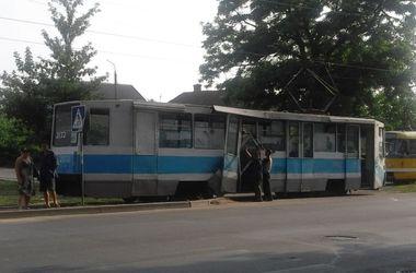 В Николаеве дама на красной машине оторвала трамваю дверь