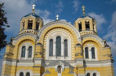 У Владимирского собора выстроились очереди прихожан УПЦ КП