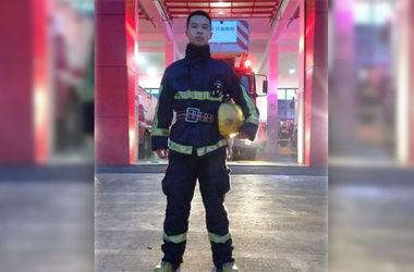 Пожарный из Китая стал звездой местных соцсетей, съев таз лапши