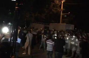В Ереване полиция разогнала митинг у захваченного здания ППС